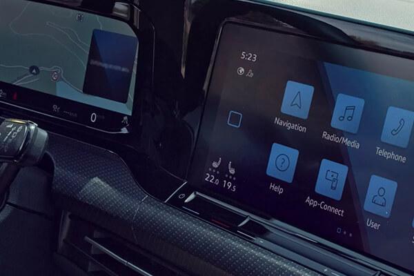 Volkswagen-Golf-parousiasi-innovision-cockpit-600x400